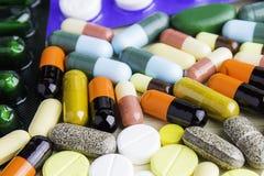 Geneeskundepillen of capsules op houten achtergrond Drugvoorschrift voor behandelingsmedicijn Farmaceutisch geneesmiddel, behande Royalty-vrije Stock Fotografie