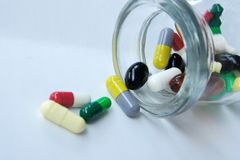 Geneeskundepillen die uit morsen Stock Foto's