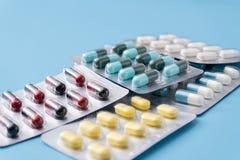 geneeskundepillen op blauwe achtergrondexemplaarruimte voor Geassorteerde tekst Stock Foto's