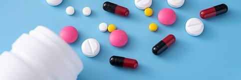 geneeskundepillen op blauwe achtergrondexemplaarruimte voor Geassorteerde tekst Stock Afbeeldingen