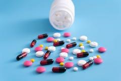 geneeskundepillen op blauwe achtergrondexemplaarruimte voor Geassorteerde tekst Stock Foto