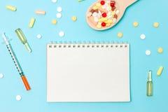 Geneeskundepillen, tabletten en capsules op houten lepel royalty-vrije stock foto's