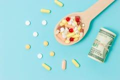 Geneeskundepillen, tabletten en capsules op houten lepel royalty-vrije stock afbeelding