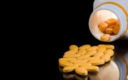 Geneeskundetabletten of pillen die uit van de fles morsen stock foto