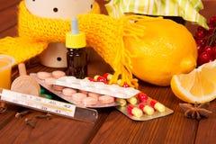 Geneesmiddelen, close-up van tabletten het neusdalingen op a Stock Foto