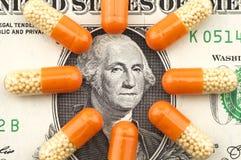 Geneesmiddelen op achtergrond van dollar Royalty-vrije Stock Afbeeldingen