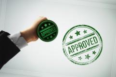 Genehmigen Sie ein Dokument mit einem grünen Stempel Lizenzfreie Stockbilder