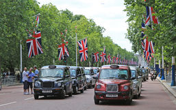 Genehmigte schwarze Taxis, die gegen Uber u. TfL im Mall London - 10. November 2014 zeigen Lizenzfreie Stockfotos