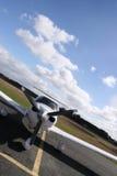 Geneigd wit vliegtuig stock foto