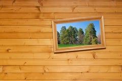 Geneigte Abbildung auf hölzerner Wand Lizenzfreies Stockfoto