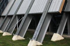 Geneigte Metallgebäudeunterstützung auf einem Betonsockel stockfoto