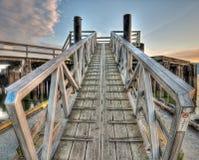 Geneigter symmetrischer Gehweg auf Dock Stockfotos