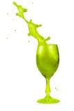 Geneigtes grünes Getränk in einem Glas Lizenzfreie Stockfotos