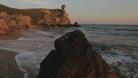 Generaals strand bij dageraad Park van het Karalar het regionale landschap in de Krim stock videobeelden