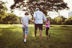Generaciones de la familia Parenting concepto de la relajación de la unidad foto de archivo libre de regalías