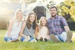 Generaciones de la familia Parenting concepto de la relajación de la unidad imagen de archivo libre de regalías