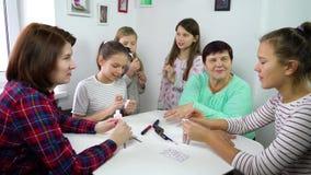 Generaciones de las mujeres de una familia almacen de video