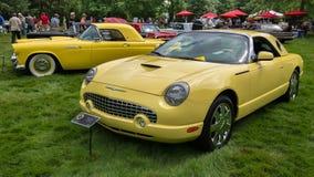 Generaciones: 1955 y 2002 Ford Thunderbird, diseño de EyesOn, MI fotos de archivo libres de regalías