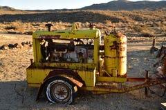 Generador aherrumbrado viejo en el desierto Imagen de archivo libre de regalías