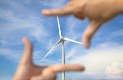 Generador de poder del molino de viento con el marco de la mano Fotografía de archivo libre de regalías