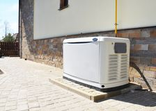 Generador de reserva residencial del gas natural de la casa Elegir una ubicación para el generador del recurso seguro de la casa imagenes de archivo