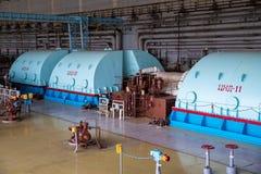 Generador de Turbo con el hidrógeno que se refresca en el cuarto de la maquinaria de la central nuclear foto de archivo