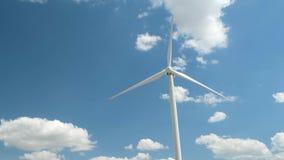 Generador de viento en fondo brillante del cielo nublado almacen de metraje de vídeo