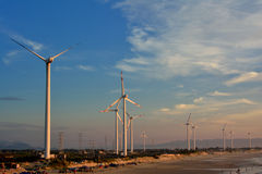 Generador del molino de viento en luz de la mañana Imagen de archivo