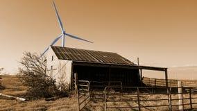 Generador eléctrico viejo de Hay Barn And Wind Power imagenes de archivo