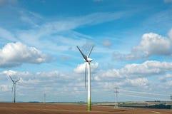Generadores de energía eólica en el campo. Imagenes de archivo