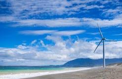 Generadores de poder de los molinoes de viento en la costa costa del océano filipinas Imagenes de archivo