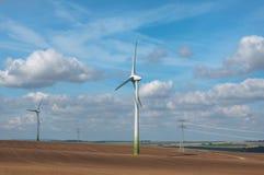 Generadores eléctricos del viento en campo. Foto de archivo