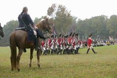 General George Washington saluda la columna británica como pasan en el 225o aniversario de la victoria en Yorktown, una reconstru Imagen de archivo