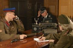 General maduro en la tabla con los soldados Imágenes de archivo libres de regalías