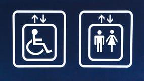 General och tillgängligt hisstecken för handikapp, Closeup Arkivbilder