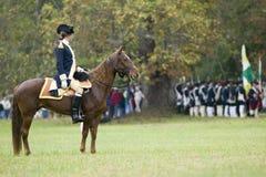 General Washington betrachtet über seinen Truppen vor Marsch vom Lager zum Auslieferungs-Feld dem 225. Jahrestag des Sieges a Stockfoto