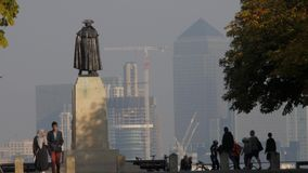 General Wolfe in Greenwich-Park mit Canary Wharf stock footage