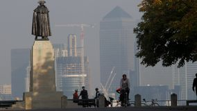 Generale Wolfe nel parco di Greenwich con Canary Wharf stock footage
