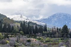 Generalife und weiße Nevada-Berge lizenzfreies stockfoto