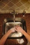 Generalità della mano che lava sopra un dispersore d'acciaio Fotografie Stock Libere da Diritti