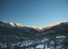 Generalskoye by i bergen av Krim Arkivfoton