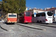 Generatie drie van bussen bij lokaal busstation worden geparkeerd dat royalty-vrije stock foto's