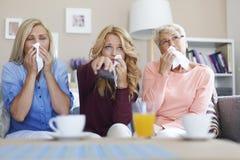 Generatie drie van vrouwen die op droevige film letten Stock Foto