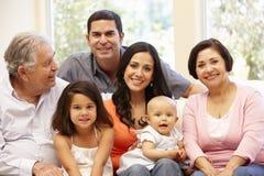 3 generatie Spaanse familie thuis Royalty-vrije Stock Afbeeldingen