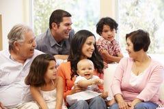 3 generatie Spaanse familie thuis Stock Foto