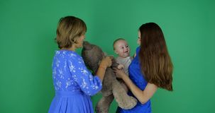 generatie 3 van meisje, moedergrootmoeder en dother stock footage