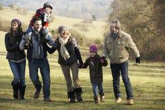 3 generatiefamilie op de gang van het land in de winter Stock Afbeelding