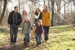 3 generatiefamilie op de gang van het land in de winter Royalty-vrije Stock Afbeeldingen