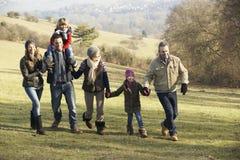 3 generatiefamilie op de gang van het land in de winter Royalty-vrije Stock Foto's