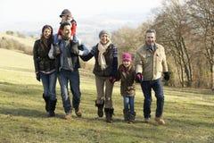 3 generatiefamilie op de gang van het land in de winter Royalty-vrije Stock Afbeelding